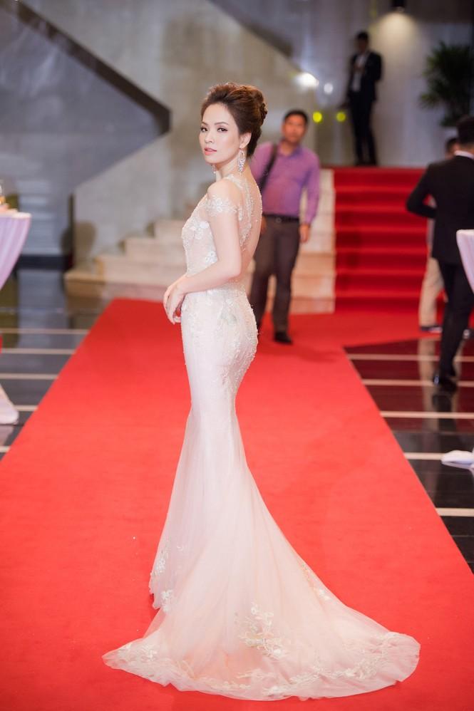 Hoa hậu Mỹ Linh lộng lẫy khoe sắc bên dàn sao VTV - ảnh 11