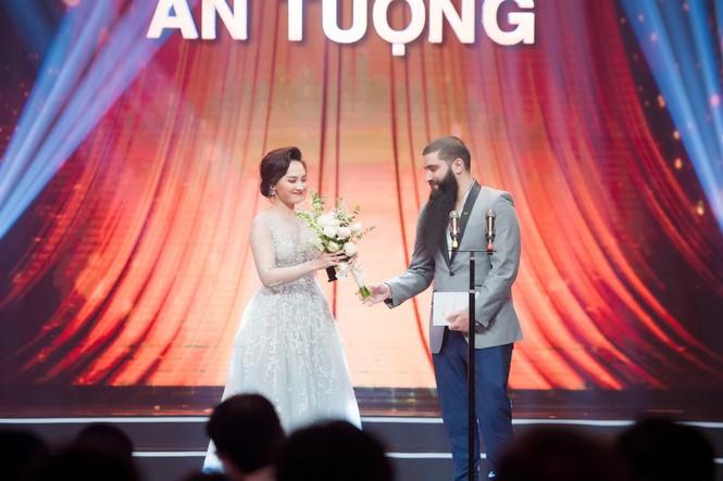 Hoa hậu Mỹ Linh lộng lẫy khoe sắc bên dàn sao VTV - ảnh 9