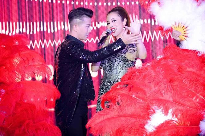 Jennifer Phạm mặc gợi cảm, khoe giọng và nhảy 'sung' trên sân khấu - ảnh 6
