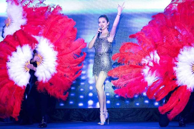 Jennifer Phạm mặc gợi cảm, khoe giọng và nhảy 'sung' trên sân khấu - ảnh 4