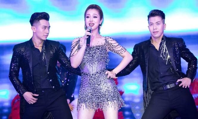 Jennifer Phạm mặc gợi cảm, khoe giọng và nhảy 'sung' trên sân khấu - ảnh 5