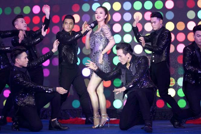 Jennifer Phạm mặc gợi cảm, khoe giọng và nhảy 'sung' trên sân khấu - ảnh 7
