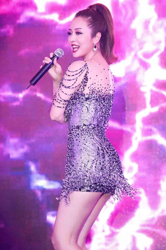 Jennifer Phạm mặc gợi cảm, khoe giọng và nhảy 'sung' trên sân khấu - ảnh 8