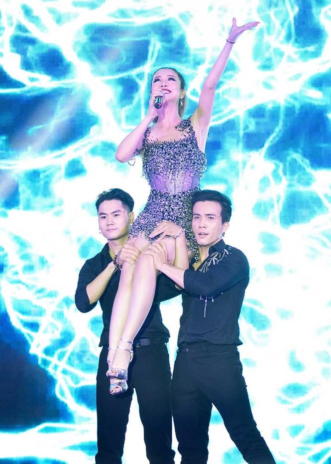 Jennifer Phạm mặc gợi cảm, khoe giọng và nhảy 'sung' trên sân khấu - ảnh 9