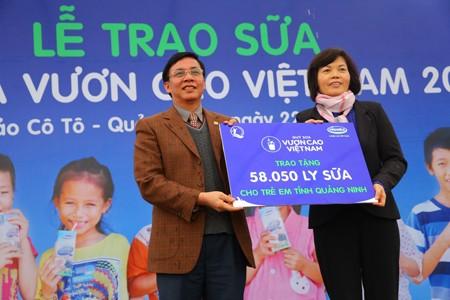 Vinamilk dành 8 tỷ đồng cho quỹ sữa 'Vươn cao Việt Nam' năm 2014  - ảnh 3