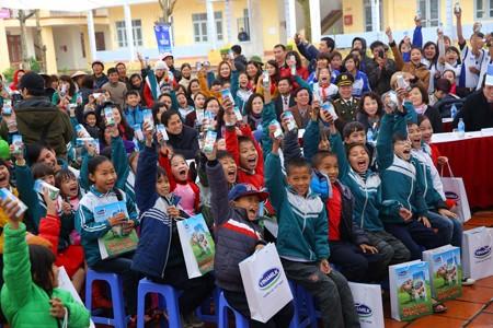 Vinamilk dành 8 tỷ đồng cho quỹ sữa 'Vươn cao Việt Nam' năm 2014  - ảnh 9