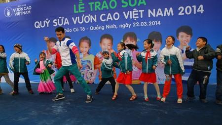 Vinamilk dành 8 tỷ đồng cho quỹ sữa 'Vươn cao Việt Nam' năm 2014  - ảnh 11