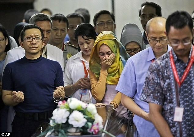 Toàn cảnh một tuần thảm kịch máy bay QZ8501 rơi - ảnh 12