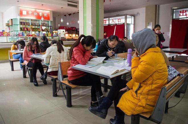 Sinh viên Trung Quốc đua nhau ôn thi trong căng tin - ảnh 2