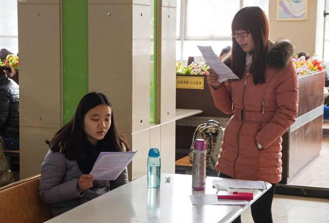Sinh viên Trung Quốc đua nhau ôn thi trong căng tin - ảnh 3