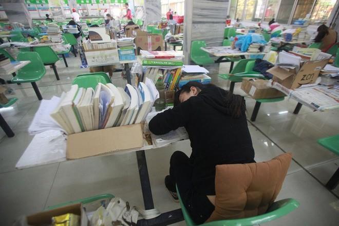 Sinh viên Trung Quốc đua nhau ôn thi trong căng tin - ảnh 6