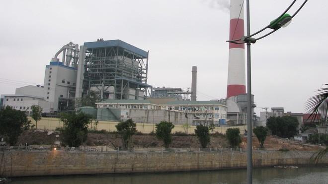 Dầu từ nhà máy nhiệt điện Uông Bí tràn ra sông - ảnh 1