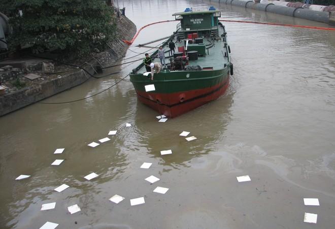 Dầu từ nhà máy nhiệt điện Uông Bí tràn ra sông - ảnh 3