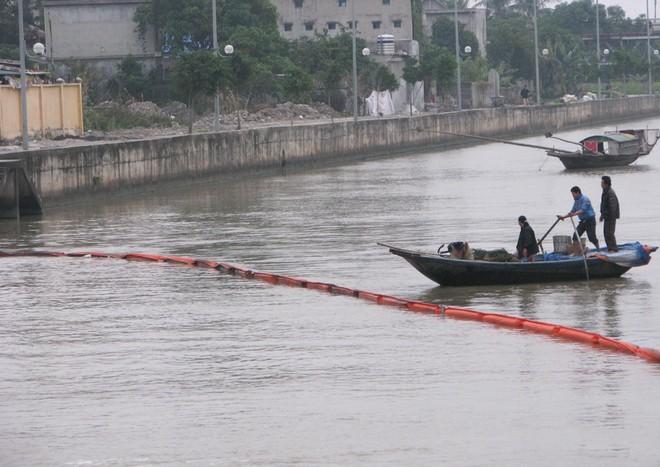 Dầu từ nhà máy nhiệt điện Uông Bí tràn ra sông - ảnh 4