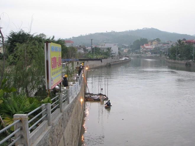 Dầu từ nhà máy nhiệt điện Uông Bí tràn ra sông - ảnh 5