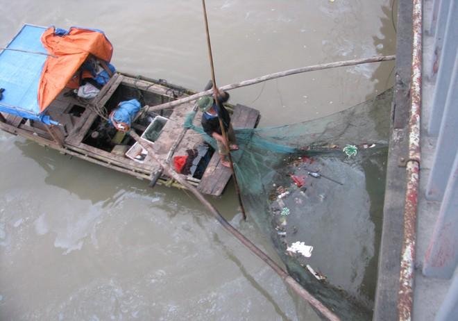 Dầu từ nhà máy nhiệt điện Uông Bí tràn ra sông - ảnh 6