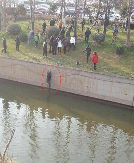 Chàng trai 'chết lặng' sau khi cứu thiếu nữ khỏa thân tự tử - ảnh 1