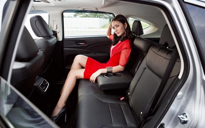Phan Như Thảo khoe dáng đồng hồ cát bên xe CR-V bạc tỷ - ảnh 4