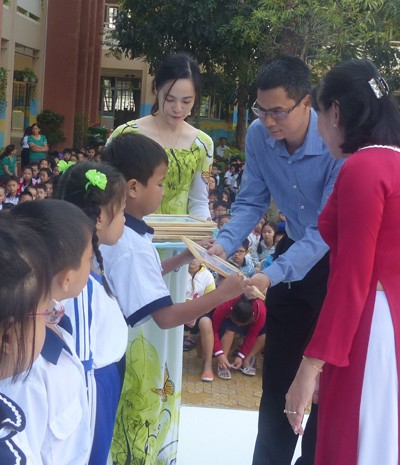 Báo Tiền Phong trao học bổng tại vùng ven TPHCM - ảnh 1