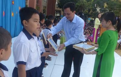 Báo Tiền Phong trao học bổng tại vùng ven TPHCM - ảnh 2