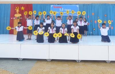 Báo Tiền Phong trao học bổng tại vùng ven TPHCM - ảnh 5