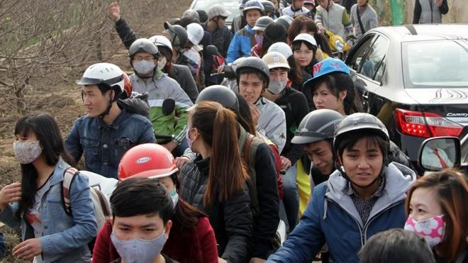 Giới trẻ đổ xô đi chụp ảnh, đường ra bãi đá tắc hàng giờ - ảnh 1
