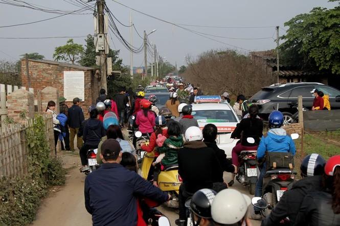 Giới trẻ đổ xô đi chụp ảnh, đường ra bãi đá tắc hàng giờ - ảnh 2