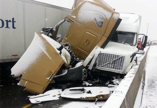 Tài xế sống sót thần kỳ dù bị chèn giữa 2 xe tải - ảnh 1