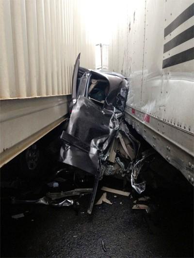 Tài xế sống sót thần kỳ dù bị chèn giữa 2 xe tải - ảnh 2