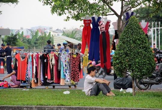 TPHCM: Choáng với chợ quần áo... trên cây! - ảnh 4