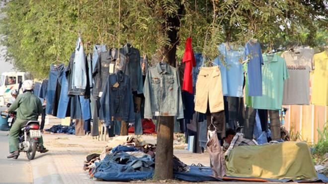 TPHCM: Choáng với chợ quần áo... trên cây! - ảnh 5