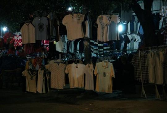 TPHCM: Choáng với chợ quần áo... trên cây! - ảnh 6