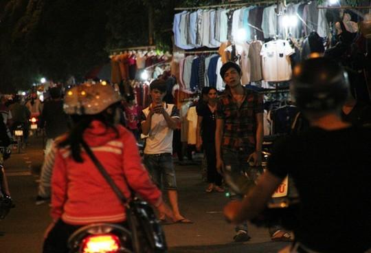 TPHCM: Choáng với chợ quần áo... trên cây! - ảnh 7