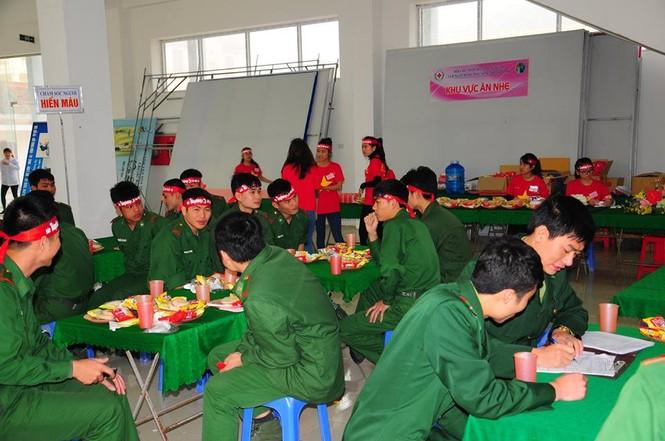 Rất đông bạn trẻ hiến máu tại Nghệ An - ảnh 1