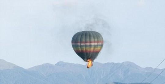 Khinh khí cầu cháy ngùn ngụt giữa trời, 11 người chết - ảnh 1