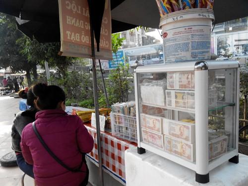 Vẫn công khai đổi tiền lẻ ở các đình, chùa - ảnh 1