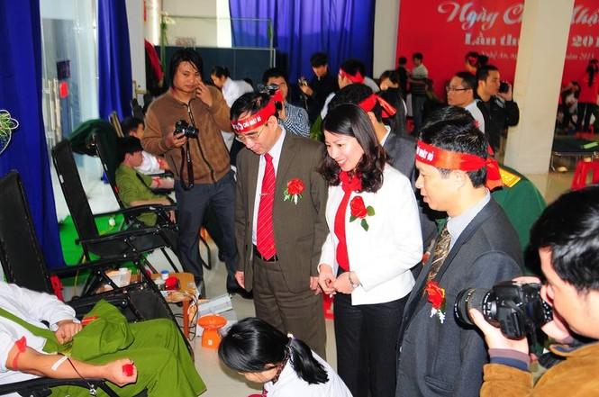 Rất đông bạn trẻ hiến máu tại Nghệ An - ảnh 4