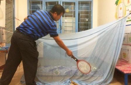 Khu dân cư kêu cứu vì bị... muỗi tấn công - ảnh 1