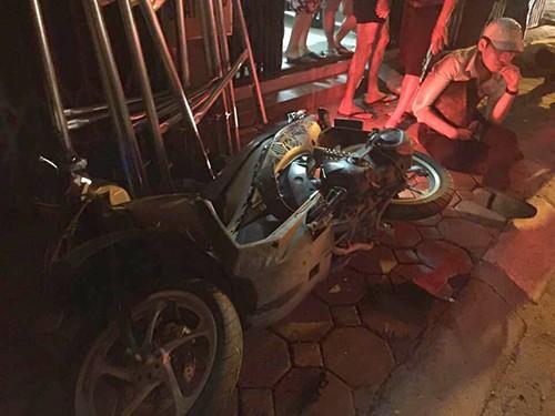 Xe 'điên' đâm liên tiếp 3 xe máy trên Đê La Thành - ảnh 1