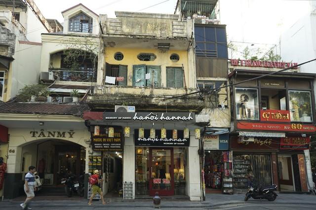 Nhà cũ mặt phố Hà Nội: Dưới long lanh, trên xập xệ - ảnh 10