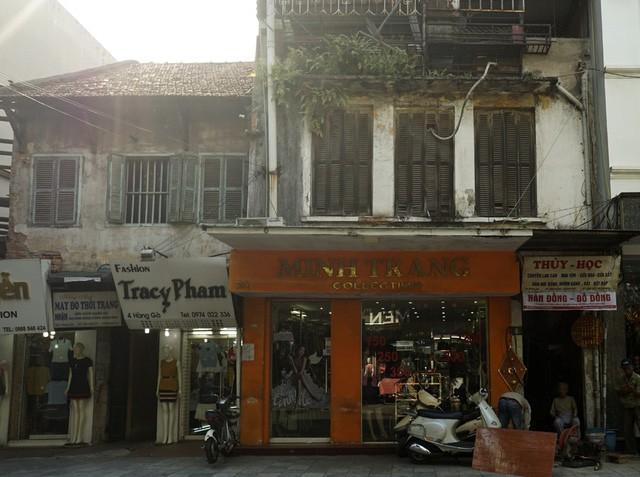 Nhà cũ mặt phố Hà Nội: Dưới long lanh, trên xập xệ - ảnh 11