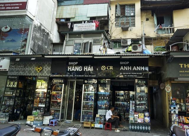 Nhà cũ mặt phố Hà Nội: Dưới long lanh, trên xập xệ - ảnh 1