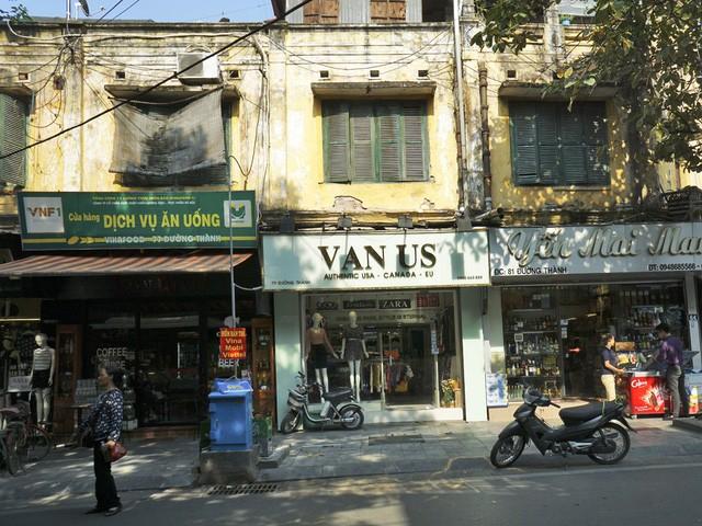 Nhà cũ mặt phố Hà Nội: Dưới long lanh, trên xập xệ - ảnh 2