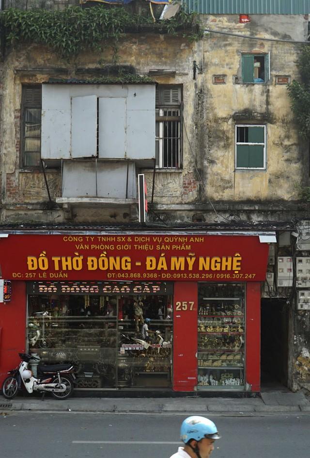 Nhà cũ mặt phố Hà Nội: Dưới long lanh, trên xập xệ - ảnh 3