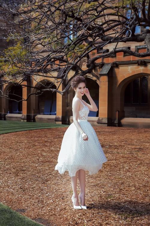 Ngọc Trinh mặc váy xuyên thấu giữa trời xanh Sydney - ảnh 4
