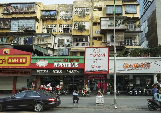 Nhà cũ mặt phố Hà Nội: Dưới long lanh, trên xập xệ - ảnh 5