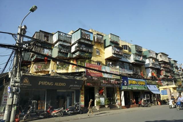 Nhà cũ mặt phố Hà Nội: Dưới long lanh, trên xập xệ - ảnh 6