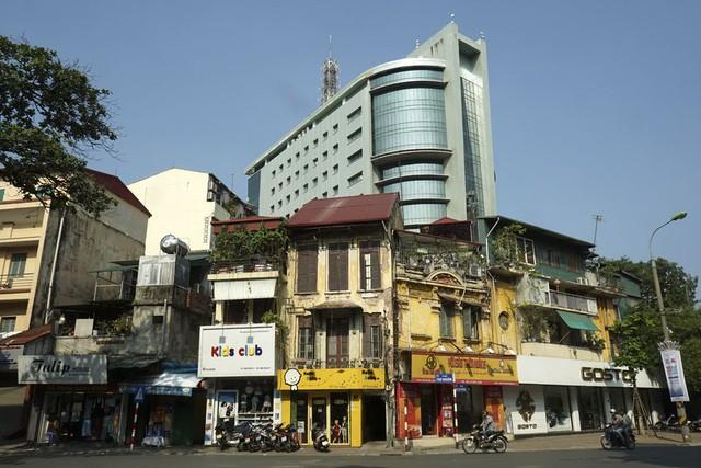 Nhà cũ mặt phố Hà Nội: Dưới long lanh, trên xập xệ - ảnh 8