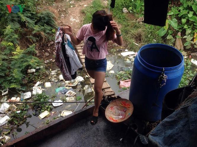 """""""Chốn ngủ"""" của những lao động nghèo dưới gầm cầu Long Biên - ảnh 12"""