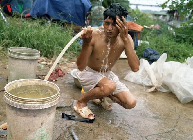 """""""Chốn ngủ"""" của những lao động nghèo dưới gầm cầu Long Biên - ảnh 14"""